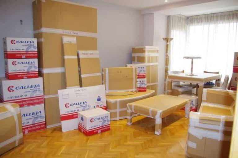salon embalado con cajas de mudanzas calleja