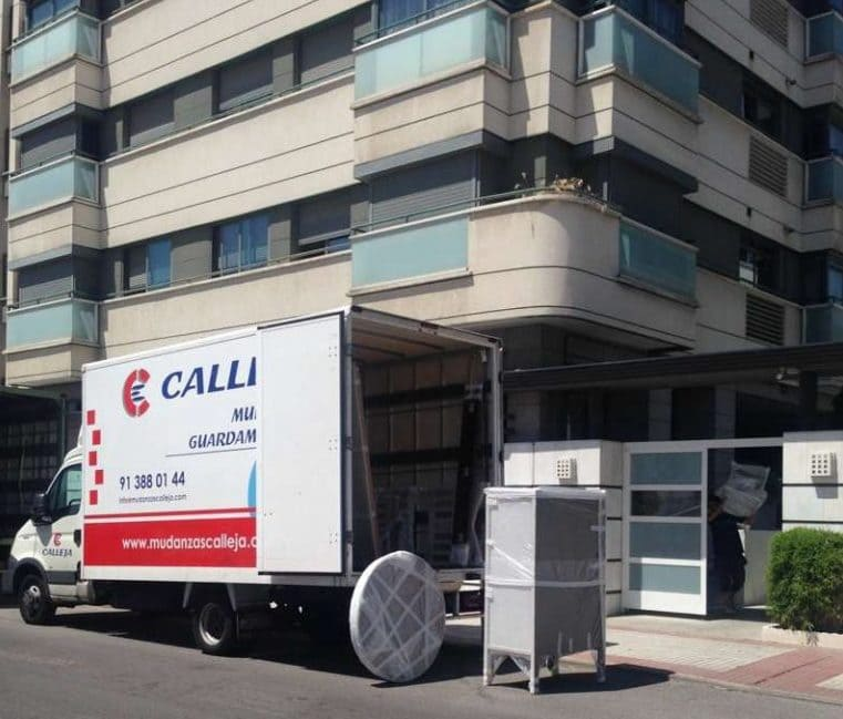 camión de mudanzas calleja realizando una mudanza internacional