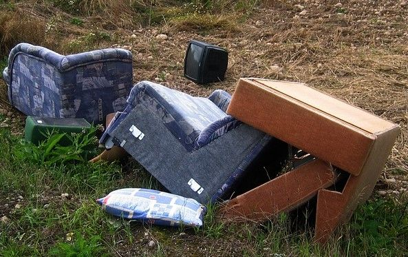 muebles tirados en basura